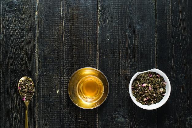 Armud z herbatą, ceremonia herbaty. czarne drewniane tła.