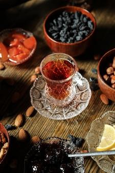 Armudy z herbatą z orzechami laskowymi, rodzynkami i migdałami