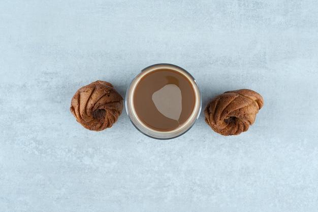 Aromat kawy ze słodkimi ciasteczkami na białym tle