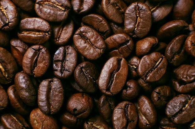 Aromat palonych ziaren kawy, brązowe tło