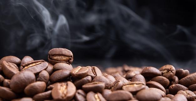 Aromat palonych ziaren kawy z unoszącym się w ciemności dymem