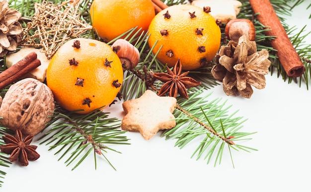 Aromat świąt bożego narodzenia - jodła, mandarynki i przyprawy