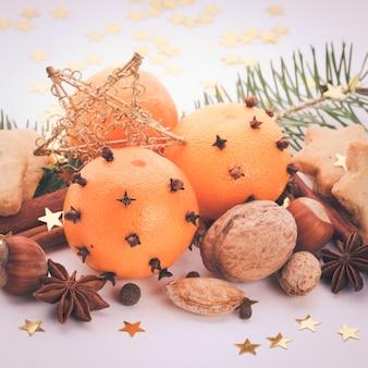 Aromat świąteczny - jodła, mandarynki i przyprawy. świąteczne ciasteczka w stylu vintage