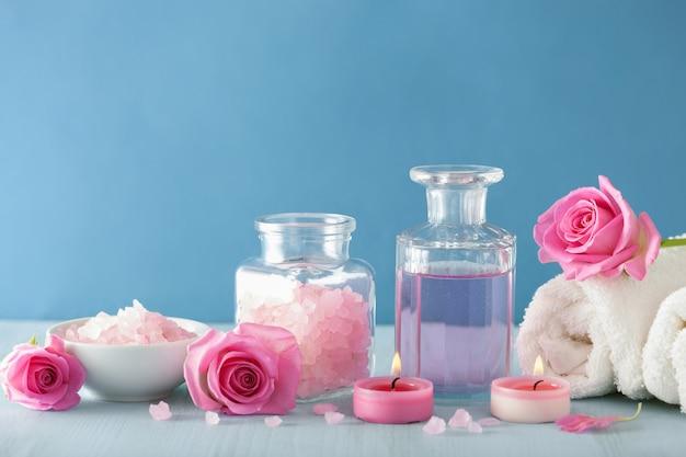 Aromaterapia spa z perfumami kwiatów róży i solą ziołową