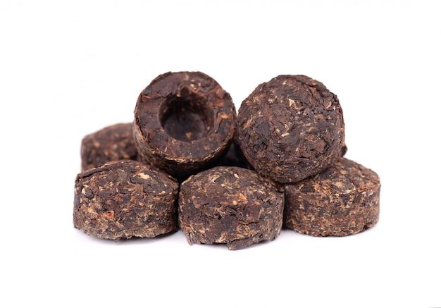 Aromatyczna czarna herbata pu-erh, na białym tle