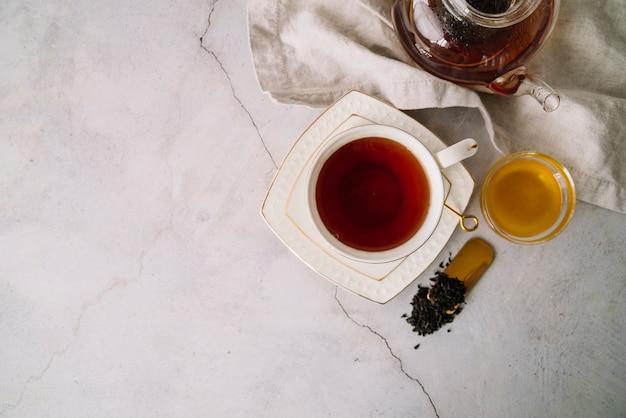 Aromatyczna filiżanka herbata z kopii przestrzeni tłem