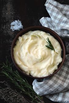 Aromatyczna miska z puree ziemniaczanym z ziołami