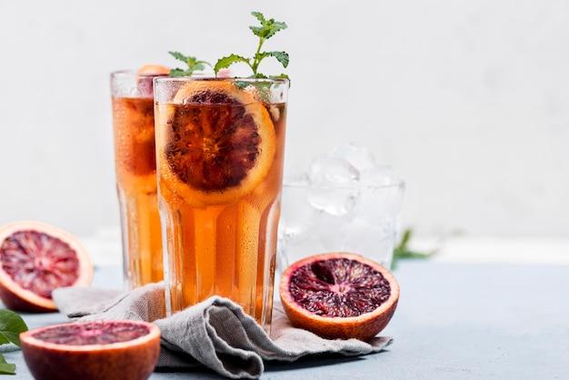 Aromatyczna owocowa lodowa herbata na stole
