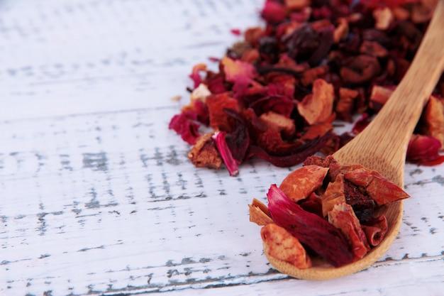 Aromatyczna sucha herbata na drewnianym stole