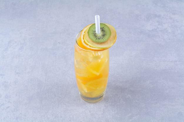 Aromatyczna szklanka soku pomarańczowego na marmurowym stole.