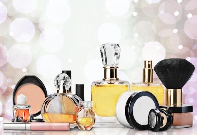 Aromatyczne butelki perfum na tle
