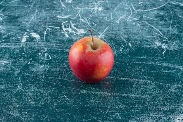 Aromatyczne dojrzałe jabłko, na marmurowym tle. zdjęcie wysokiej jakości