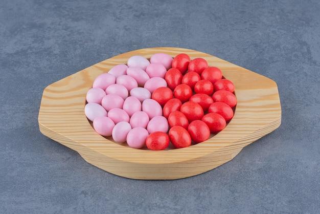 Aromatyczne gumy w talerzu na marmurowym tle.