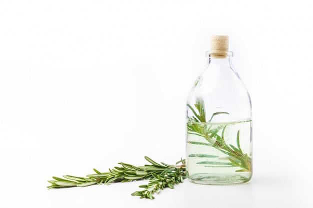 Aromatyczne oleje w szklanych butelkach na białym stole. pielęgnacja ciała. zdrowy tryb życia. odosobniony.