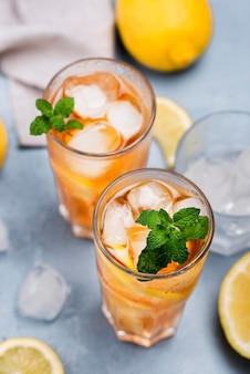 Aromatyczne szklanki mrożonej herbaty cytrynowej