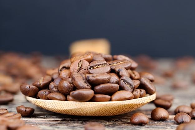 Aromatyczne ziarna kawy w drewnianej łyżce