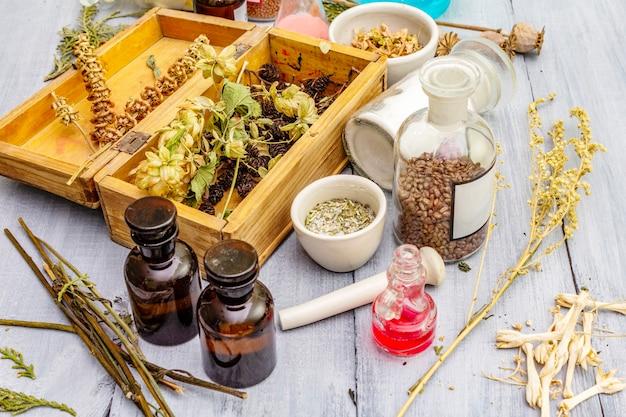 Aromatyczne zioła, przyprawy i nasiona w słoikach i drewnianym pudełku