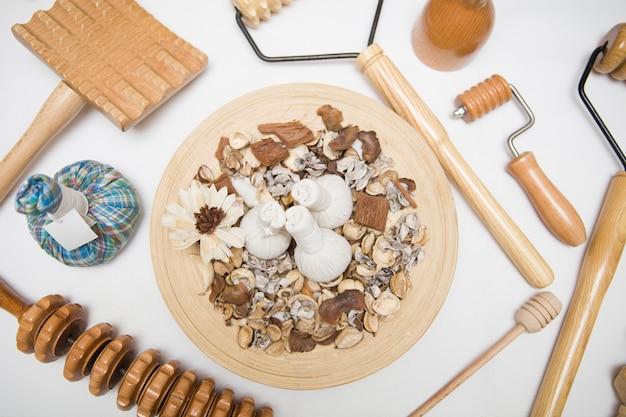 Aromatyczne ziołowe torby do masażu z ziołami i drewnianym narzędziem do maderoterapii