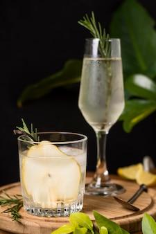 Aromatyczny koktajl z rozmarynem i lodem