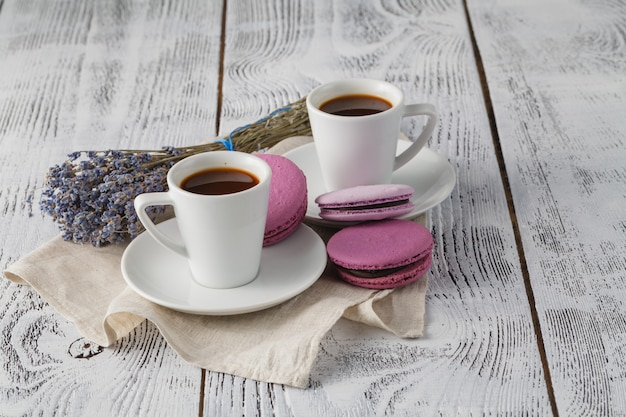Aromatyczny kubek kawy z lawendą na spodku