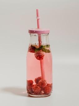 Aromatyczny malinowy naturalny sok na białym tle