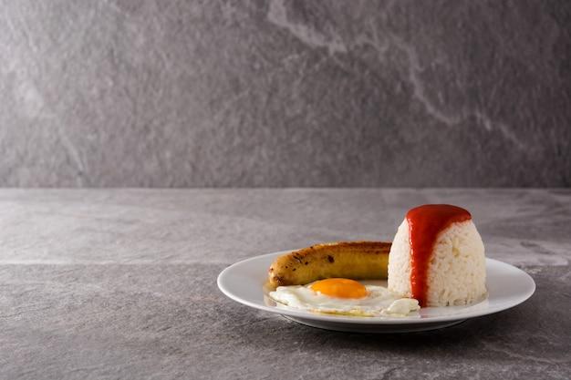 Arroz a la cubana typowy kubański ryż ze smażonym bananem i jajkiem