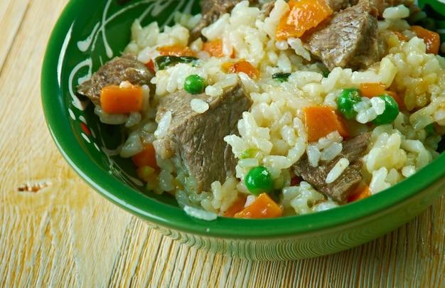 Arroz borracho ryż z warzywami i wołowiną. meksykańskie jedzenie