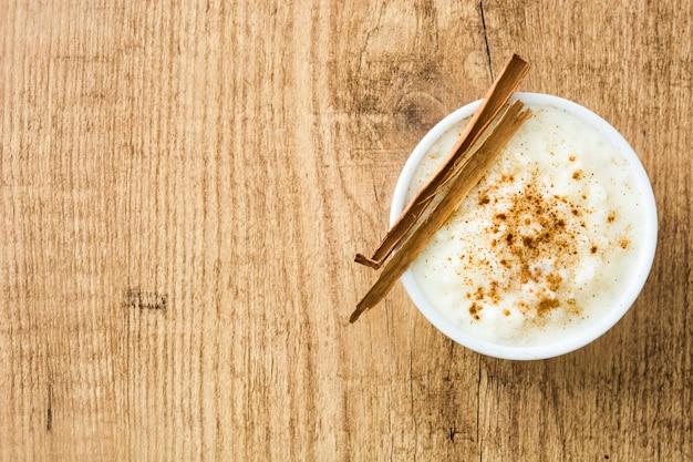 Arroz con leche pudding ryżowy z cynamonem na drewnianym, widok z góry