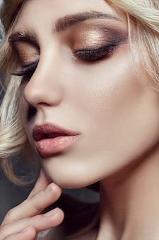 Art fashion blondynka z długimi rzęsami i czystą skórą. pielęgnacja skóry i rzęs. piękne usta. księżniczka królowa wróżka