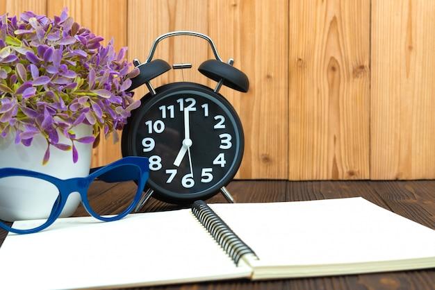 Artykuły biurowe artykuły narzędziowe, notatnik i budzik