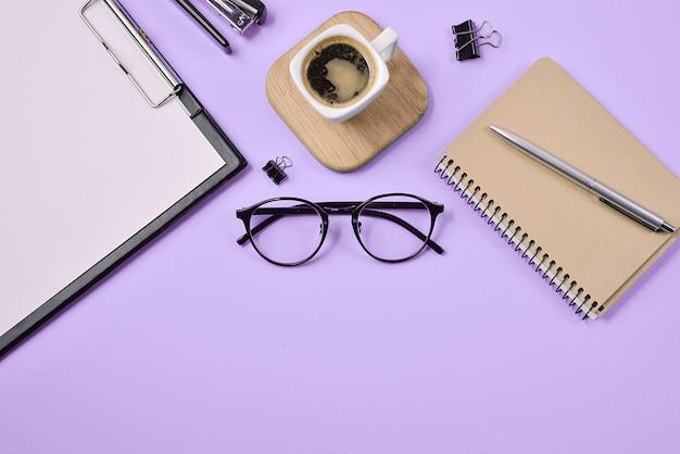 Artykuły biurowe, długopis, filiżanka kawy, notatnik, zszywacz