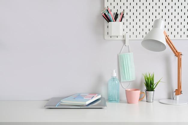 Artykuły biurowe i środki zapobiegające covid 19 na biurku