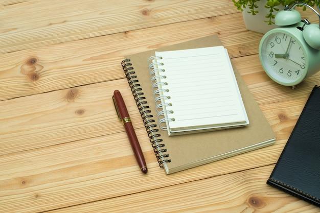 Artykuły biurowe lub prace biurowe niezbędne narzędzia na drewnianym biurku