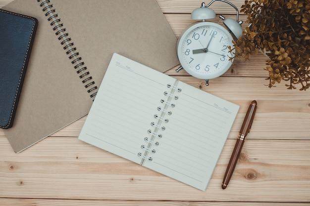 Artykuły biurowe lub prace biurowe niezbędne narzędzia na drewnie