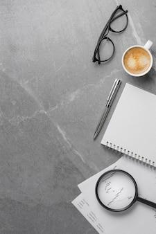 Artykuły biurowe na marmurowym stole