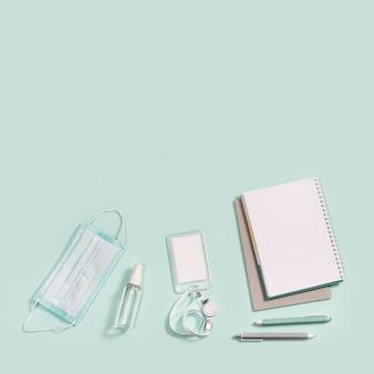 Artykuły biurowe, notesy, długopisy, maska chroniąca przed infekcjami i środek do dezynfekcji rąk