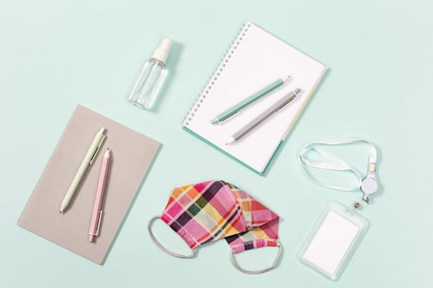 Artykuły biurowe, notesy, długopisy, plakietki, maseczki z tkaniny chroniące przed infekcjami i środek do dezynfekcji rąk