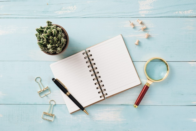 Artykuły biurowe w kolorze różowego złota z rośliną doniczkową crassula