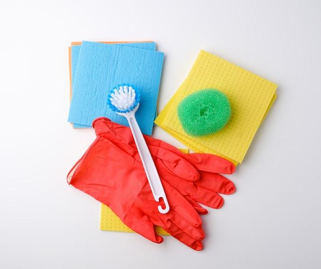 Artykuły do sprzątania domu. rękawiczki, pędzel i gąbki do odkurzania