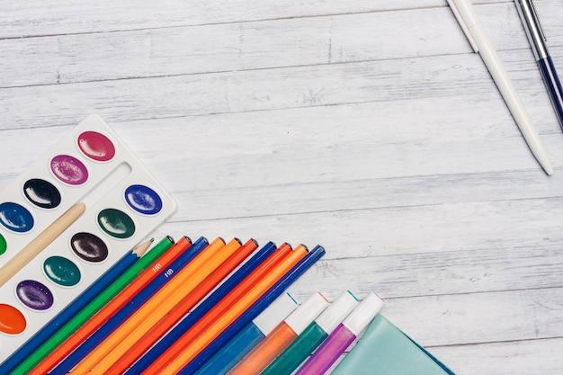 Artykuły papiernicze, drewniane biurko, artykuły szkolne i biurowe