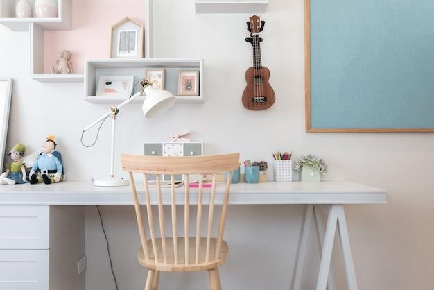 Artykuły papiernicze na biurku w pokoju dziecięcym w domu. wnętrze pokoju dziecięcego.