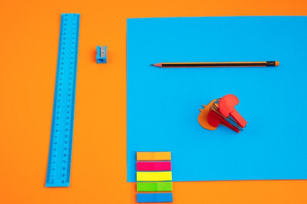 Artykuły papiernicze w jasnych kolorach pop z wizualnym efektem iluzji, sztuka nowoczesna. kolekcja, zestaw do edukacji. . kultura młodzieżowa, stylowe rzeczy wokół nas. modne kreatywne miejsce pracy.