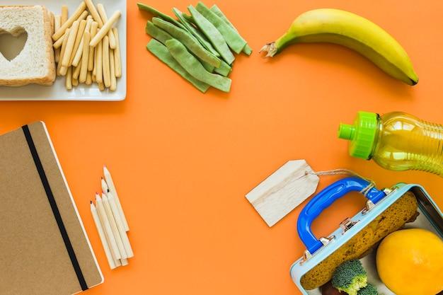 Artykuły papiernicze w pobliżu jedzenia na lunch
