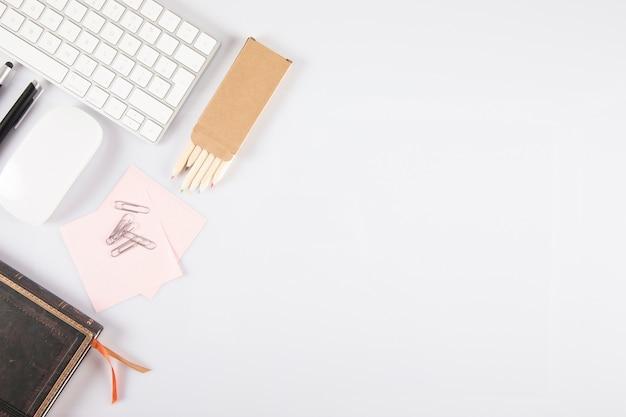 Artykuły papiernicze w pobliżu klawiatury i myszy