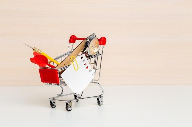 Artykuły papiernicze w wózku na zakupy po lewej stronie