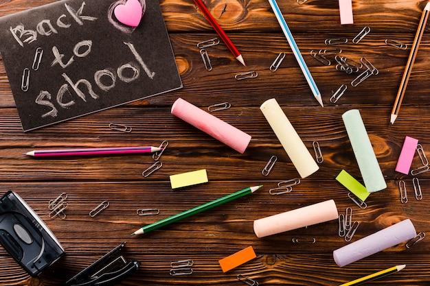 Artykuły piśmiennicze i kreda blisko do pisania w szkole