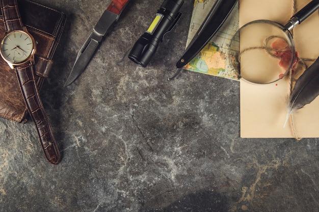 Artykuły podróżne i vintage list na szarym marmurowym stole