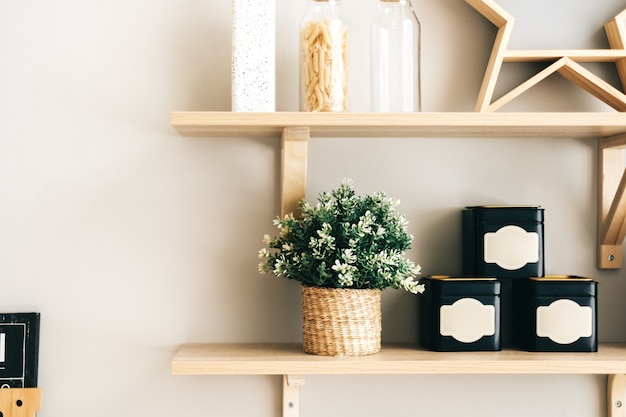 Artykuły spożywcze i kuchenne na drewnianych półkach w kuchni