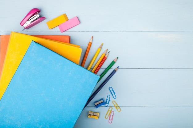 Artykuły szkolne i biurowe na tablecie notebook dostarcza archiwum szkolnego biura