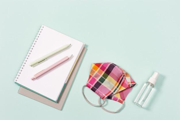Artykuły szkolne, maska na twarz dla dziewczynki i środek do dezynfekcji rąk, zeszyty
